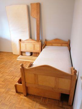 Betten - Zwei Naturholz-Kinderbetten für kleine Prinzessinnen