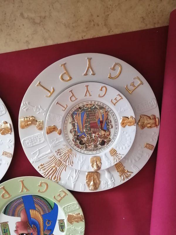 Verziehrte Teller in verschiedenen Größen
