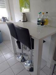 Bartisch mit zwei Stühlen