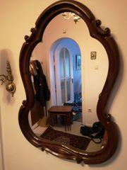Alter Wandspiegel mit Holzrahmen ornamental