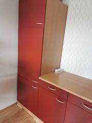 Rote Küche mit Elektrogeräten