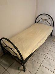 Bett mit Sprungrahmen