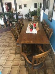 Großer Esstisch mit 10 Sitzplätzen