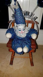 Puppe mit Schaukelstuhl