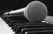 Sänger in und Keyboarder in