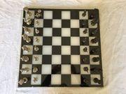 Schachbrett mit Schachfiguren Griechisch und
