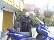 Kleine Gruppe Motorrad- u Motorrollerfahrer