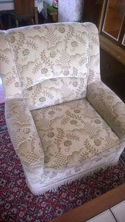 Zwei Sofas mit Sessel zu