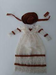 braune Puppenmütze mit Puppenkleid