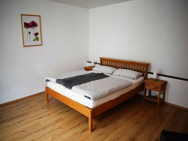 Doppelbett mit Matratzen und Lattenroste
