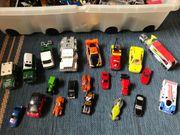 Kiste mit vielen verschiedenen Spielzeugautos