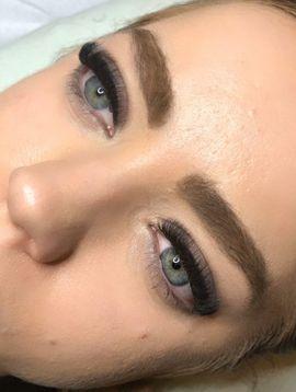 Wimpernverlängerung . Lash Lifting für Wimpern und Augenbrauen .