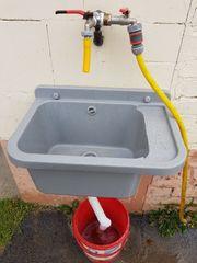 Außenwaschbecken mit Ablassschlauch