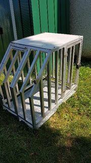 Hundetransportbox für das Auto aus