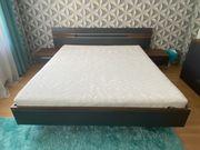 Doppelbett mit Nachttisch und Matratze