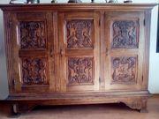 Ein sehr dekorativer antiker Holzschrank