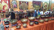 Klangschalen und Buddhafiguren in verschiedenen