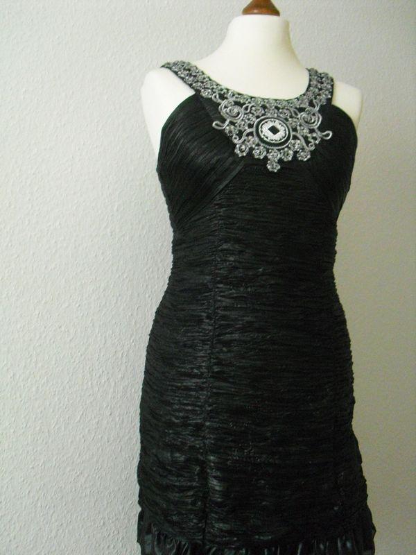 Schwarzes verführerisches Kleid mit Deko-Steinen