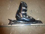 Skiausrüstung Ski Stöcke Helm Schuhe