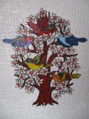 Vögel im blühenden Baum