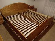 Schlafzimmer Holz mit Doppelbett Kommode