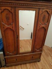 Antiker Schrank mit Spiegel