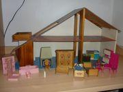 Puppenhaus mit diversen Möbelstücken