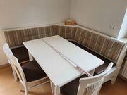 Ecksitzbank mit Tisch und Stühlen