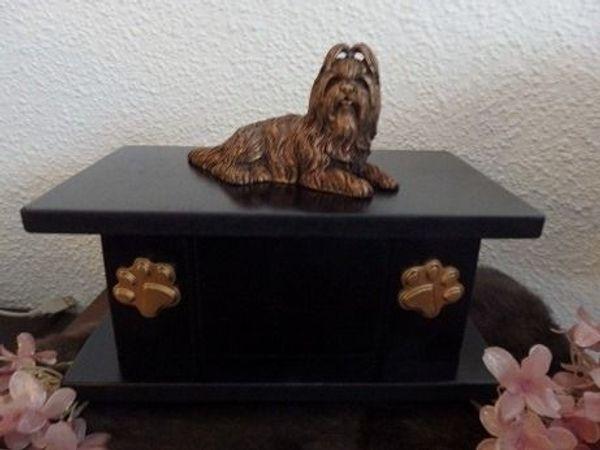 Shih Tzu hundefigur auf urne als set zu verkaufen.