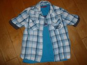 Blaukarietes Kurzarmhemd mit blauem T-Shirt