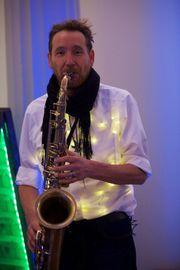 Saxophonist spielt für Sie mit
