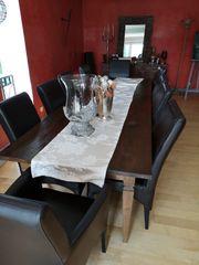 Holztisch mit Lederstühlen