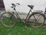 Verschiedene Fahrräder älterer Generatione