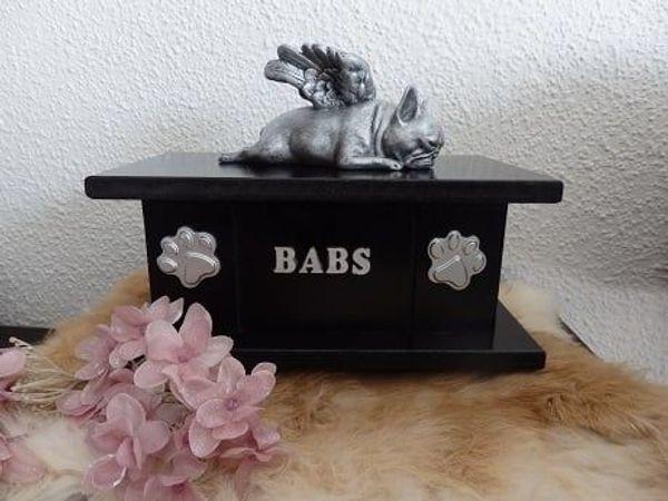 Französische Bulldogge statue mit flügeln auf einer urne als set zu verkaufen.