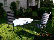 Campingtisch und Stühle