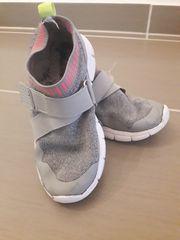 Graue leichte Sneaker Größe 28
