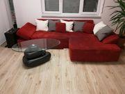 Sofa mit rotem Stoffbezug