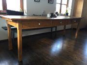 Holztisch mit Geschichte