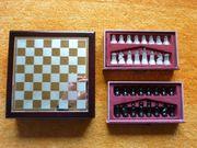 Schachspiel aus Holz und Glas