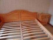 Bett und 2nachtkästchen