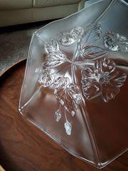 Große Glasschale mit Blütenmotiv