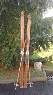 Alte Skier aus Holz für