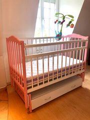 Babybett mit Pendelfunktion und waschbarer