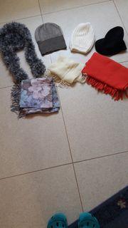 3 Schals 4 Mützen