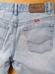Jeans mit Schlitz am Knie