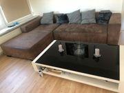 Couch Kleiderschrank Wohnzimmertisch und Bett