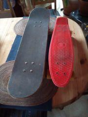 Ein Skateboard und ein Penniboard