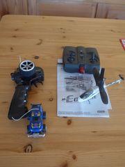 Spielzeugauto und Hubschrauber mit Fernsteuerung