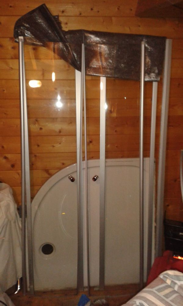 Duschkabine viertelrund mit Glasschwingtür und
