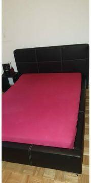 Bett aus Leder Lattenrost Nachtkästchen